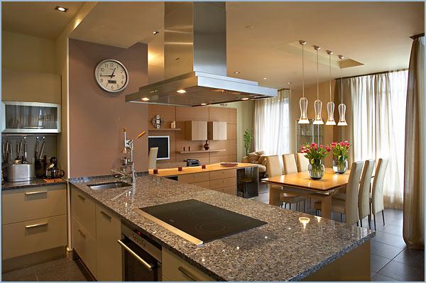 Интерьер гостиной, совмещённой с кухней