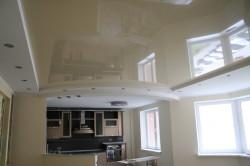 Натяжной потолок на кухне гостиной