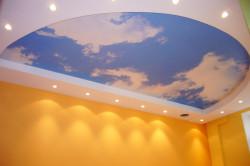 Натяжной потолок в зале