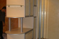 Разделение гостиной и спальни мебельной стенкой