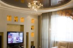 Глянцевый потолок гостиной