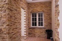Использование декоративного камня для облицовки всей стены