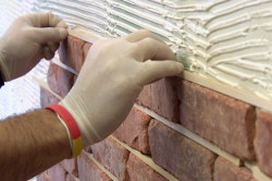 Процесс укладки декоративного камня