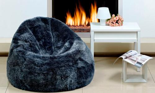 Бескаркасный мешок-кресло в гостиной
