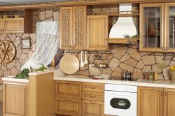 Кухонный фартук, отделанный искусственным камнем