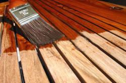 Нанесение лака на деревянные подлокотники