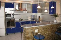 Зонирование кухни и гостиной с помощью барной стойки