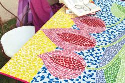 Стол из кусочков керамической плитки