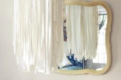 Светильник из решетчатой полочки от холодильника и ткани