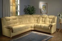 Угловой диван в гостинной