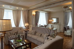 Оформление интерьера гостиной частного дома в современной классике