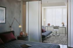 Зонирование гостинй и спальни с помощью раздвижных дверей