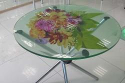 Рисунок на стеклянном столе