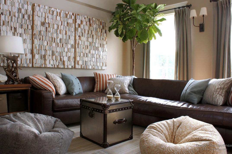 Коричневый диван в интерьере маленькой гостиной фото