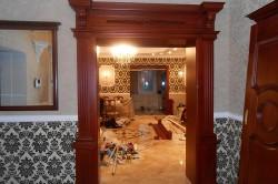 Арка из дерева в современной квартире