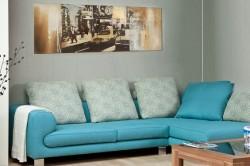 Яркий диван в углу комнаты
