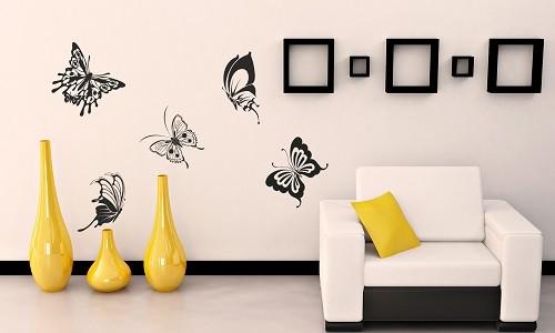 Задекорированная стена в гостиной