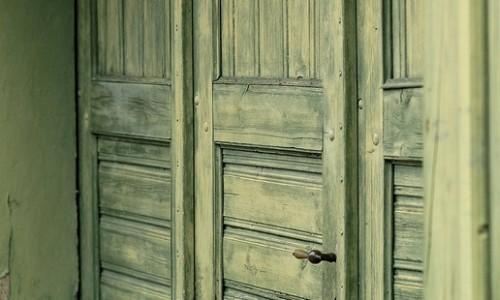 Двери из состаренного дерева