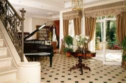 Интерьер гостиной загородного дома в классическом стиле