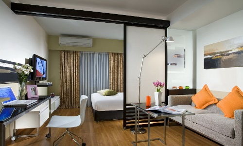 Разделение спальни и гостиной при помощи перегородки