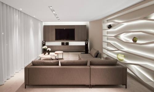 Скрытая подсветка в интерьере гостиной