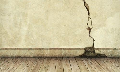 Большая трещина на стене