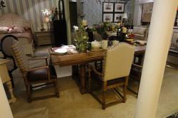 Обеденный стол на границе гостиной и кухни