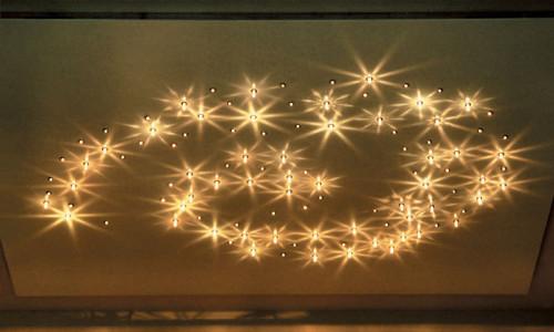 Узор на потолке из точечных светильников