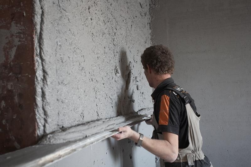выравнивание стен штукатуркой по маякам своими руками
